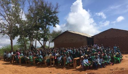立陶宛志愿者在马查科斯城镇拜访了许多学校,帮助当地的小孩认识牙齿护理的知识。