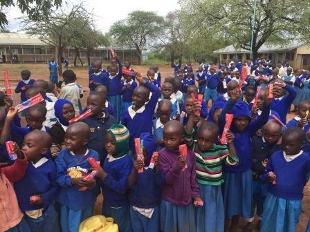 拜访学校时,小孩们都得到了牙刷和牙膏。