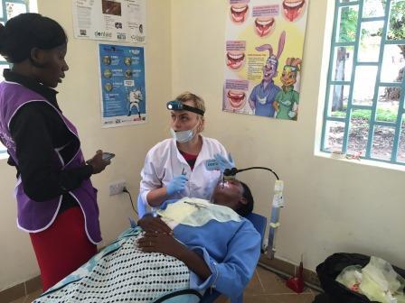 """""""非洲金加""""的志愿者支持四位立陶宛志愿者在当地的工作。"""