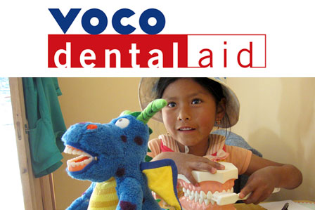 孩子们先在模型上学习刷牙,然后实践自己刷牙。