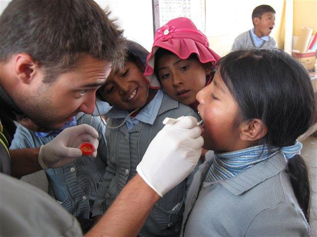 牙科专业的学生Tobias Kleinert尽可能多地为小朋友的牙齿作氟化处理。