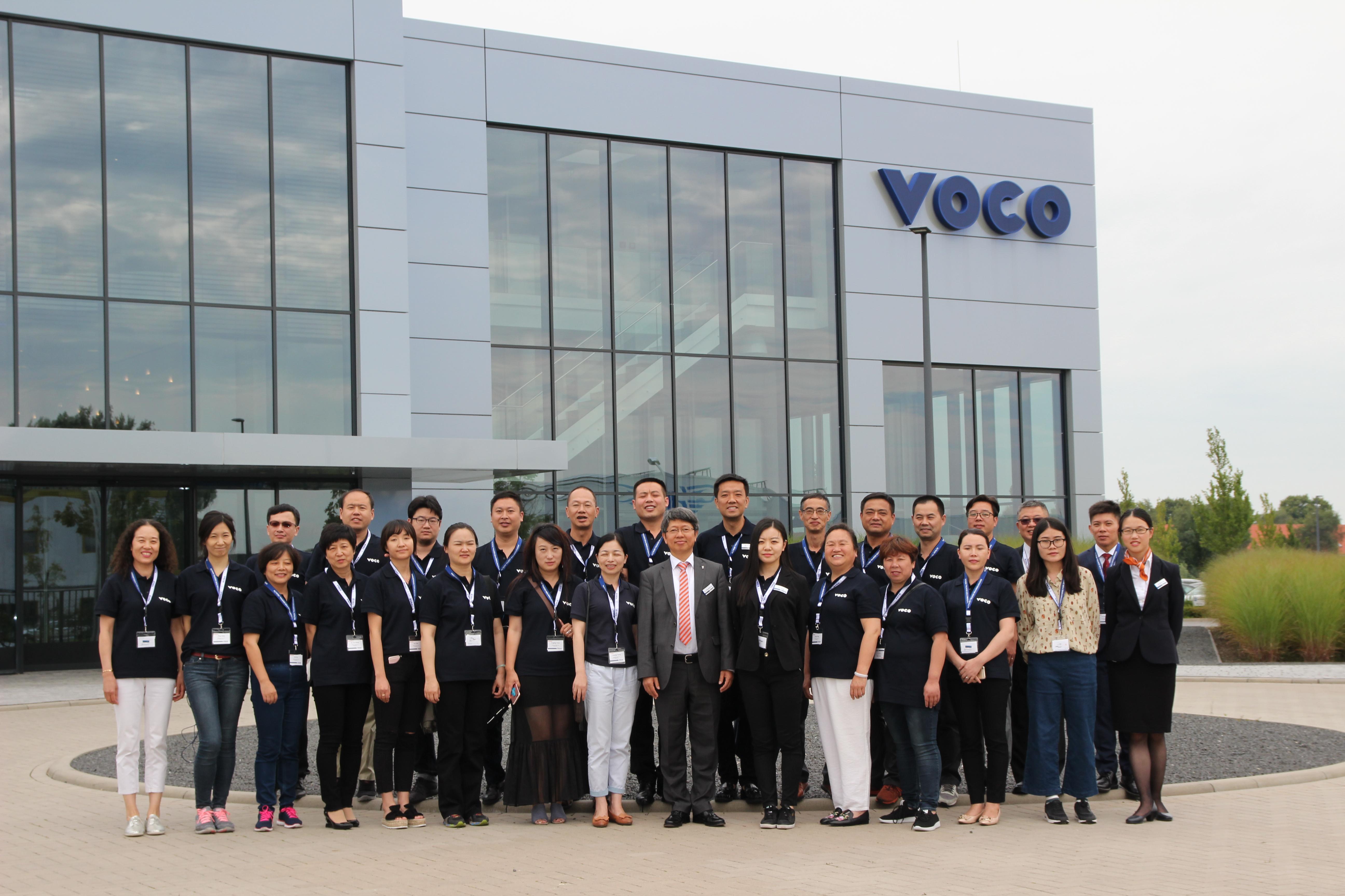 来自海峡两岸的牙医和经销商参加VOCO总部为期一天的培训活动。销售经理骆博士(正中间)陪同远道而来的客人