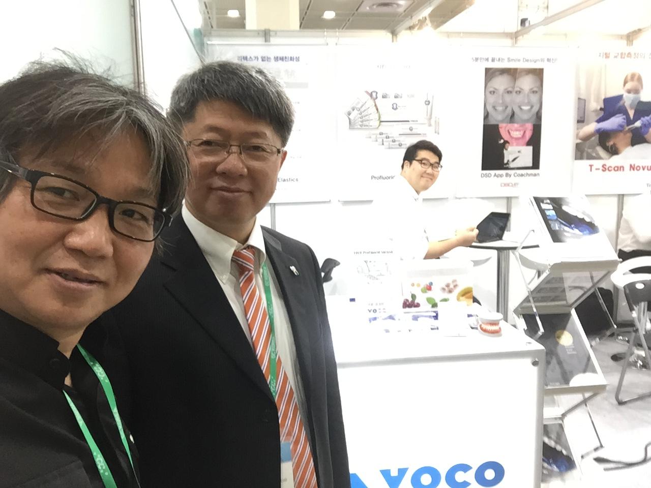 VOCO沃柯东亚区域经理骆博士(右)与VOCO沃柯韩国的特约经销商Yours Dental Co.,Ltd.负责人,一同参与了展会
