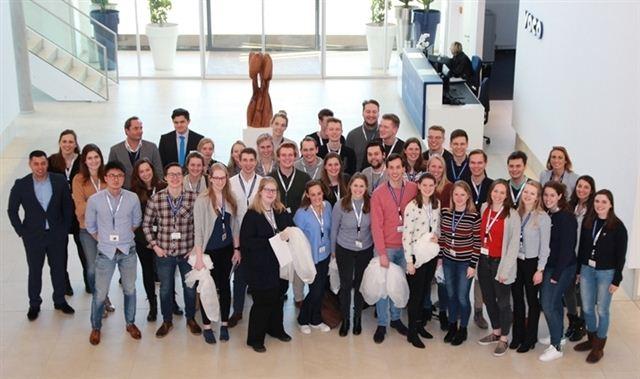 45 Studentinnen und Studenten der Zahnmedizin von der Universität Groningen stat