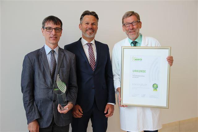 VOCO-Geschäftsführer Olaf Sauerbier (Mitte) freut sich über den NWD-Award für di