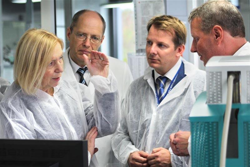 Abb. 1) Prof. Dr. Johanna Wanka (Bundesministerin für Bildung und Forschung) mit