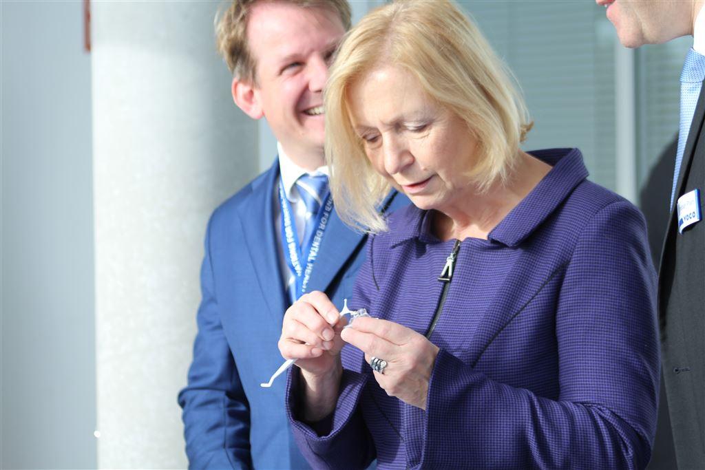 Abb. 2) Bundesforschungsministerin Prof. Dr. Johanna Wanka appliziert das Nano-H