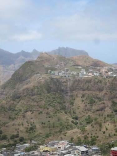 Vulkanische Berglandschaften prägen das Landschaftsbild auf der Insel Santiago.