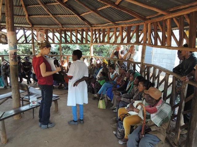 Im Wartebereich werden Patienten von einer Mitarbeiterin des örtlichen Gesundhei