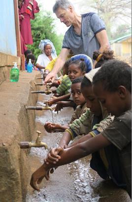 Die Zahnärzte besuchen auch die Kinder in den Schulen und putzen mit ihnen die Z
