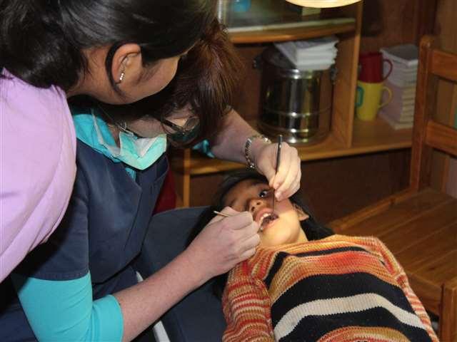 Nach anfänglicher Angst vertrauen die peruanischen Kindern Dr. Renata Messner.