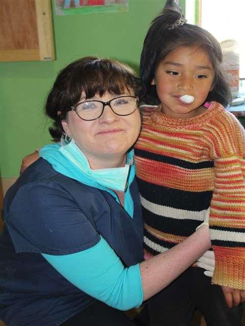 """""""Auch eine Umarmung wirkt manchmal Wunder"""", sagt Zahnärtin Dr. Renata Messner."""