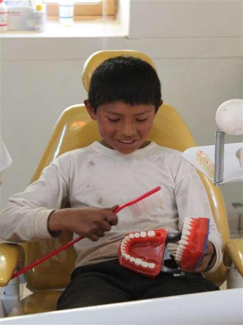 Prophylaxe ist wichtig. Deshalb lernten die Kinder, wie sie ihre Zähne putzen mü