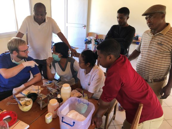 Im Zahntechnik-Workshop erkärten die deutschen Zahnärzte den Kollegen aus Madaga