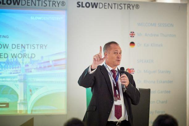Andrew Thurston, Landesleiter UK, leitete zu den Vorträgen über.