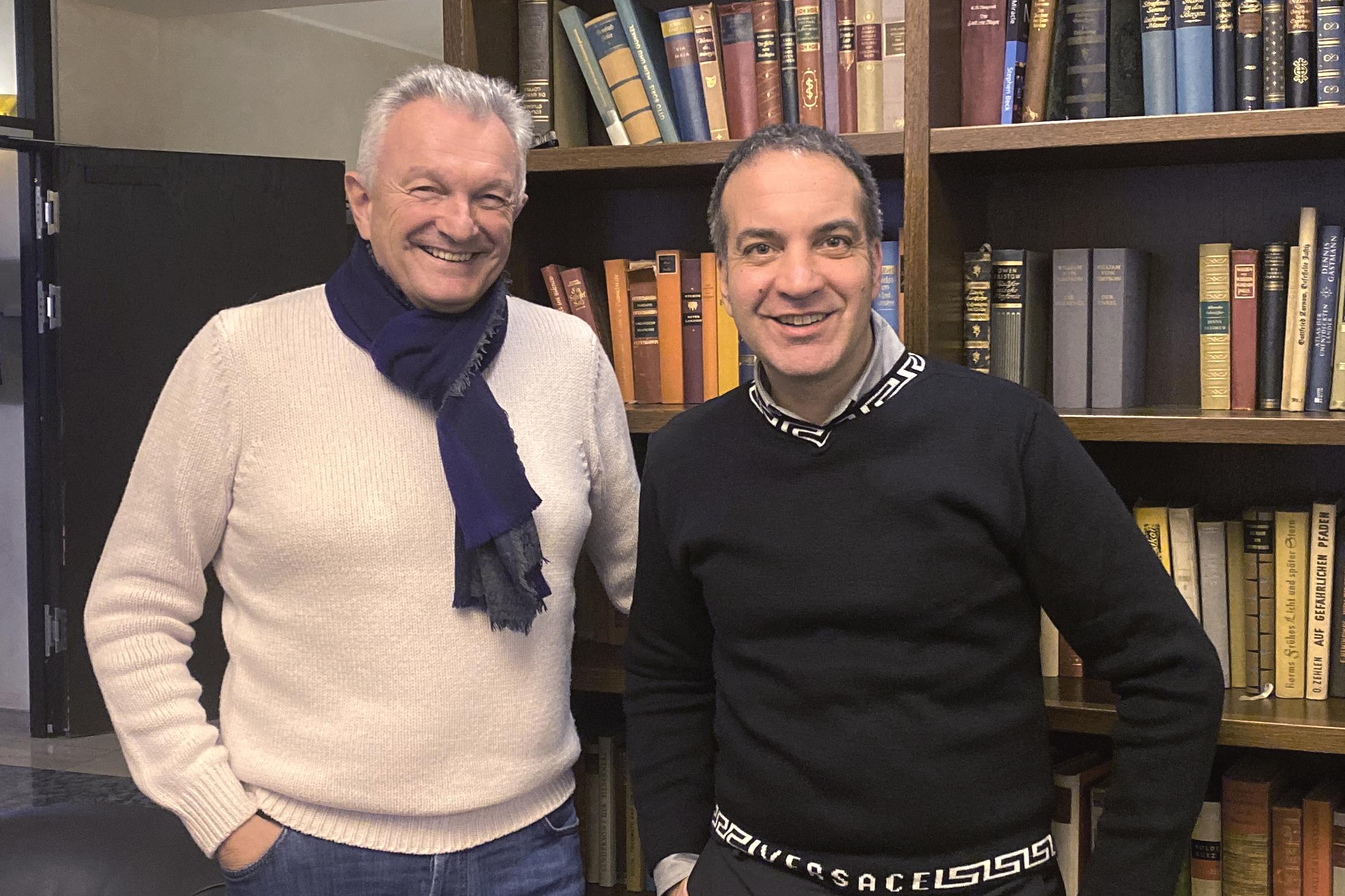 Prof. Dr. Ralf Rößler (DTMD) und Dr. Kai Klimek (VOCO) besiegeln die Kooperation