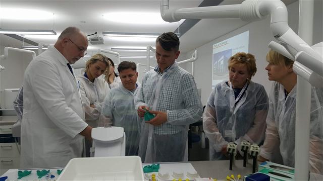 (l.) Klaus Peter Hoffmann (Abteilung Wissenskommunikation) erklärt den Teilnehme