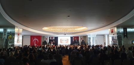Mehr als 400 Zahnärzte nahmen im Saal Platz, um den Vortrag von Prof. Dr. Esra C