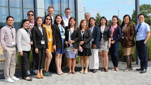 13 philippinische Zahnärzte sowie Landesleiter Joseph Postigo (r.) besuchten die