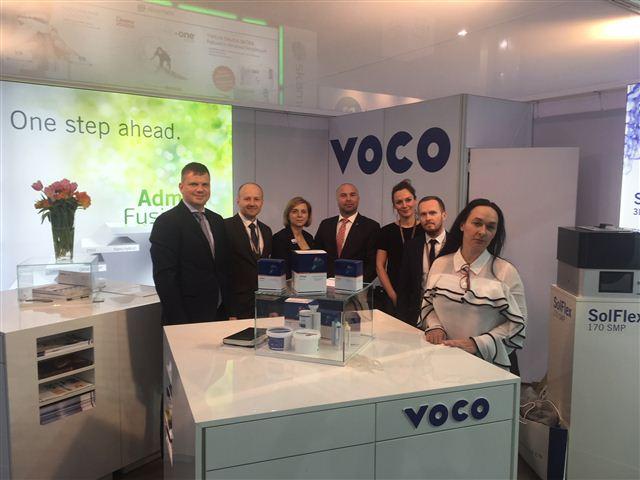 VOCO-Area Manager Jan Ziesch (l.) mit seinem Sales-Team auf der Krakdent in Krak