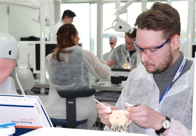 Die Arbeit mit den glasfaserverstärkten Composite-Wurzelstiften will geübt sein.