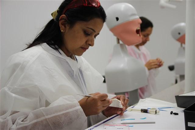 Zahnärzte probieren beim Hands-On-Kurs VOCO's Amaris aus.