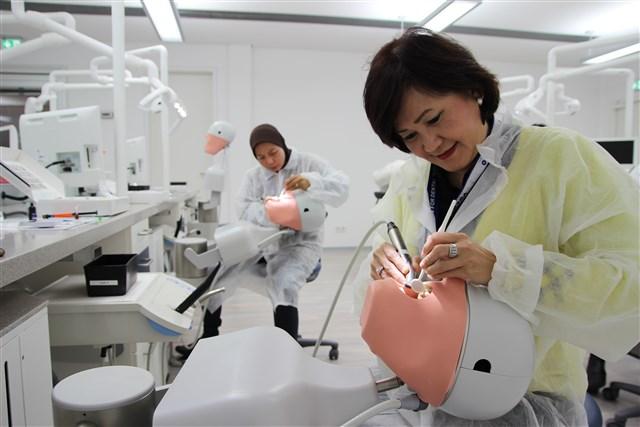 Die Zahnärzte aus Indonesien beim Hands-On mit Rebilda Post.