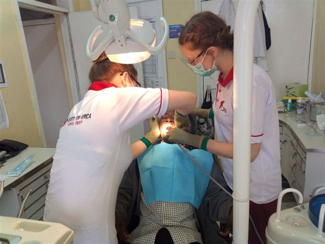 Anna Hübben (l.) extracts a tooth with Kyra Kalbhen assisting.