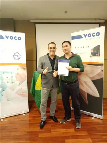 Dr. Marcelo Balsamo (on the left) with a participant.