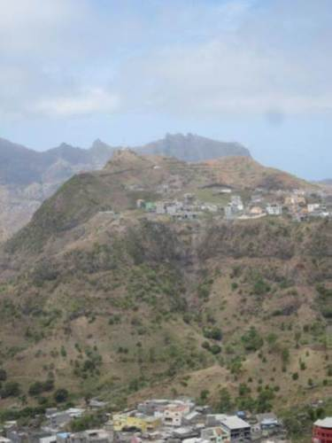 Montagne vulcaniche formano l'immagine della natura sull'isola Santiago