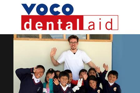 Florian Schilling (vestito di bianco) durante la sua missione umanitaria in Perù