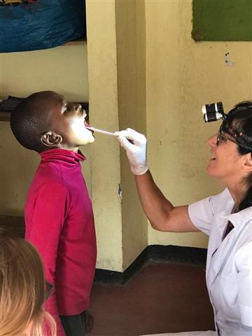 Dr. Benita Kunze ha eseguito check-up dentali in una scuola primaria.
