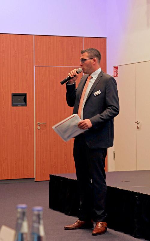 Il dipendente della VOCO Dr. Matthias Mehring in conversazione con i partecipant