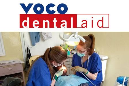 Anna Hübben i Kyra Kalbhen leczą pacjentów w klinice stomatologicznej.