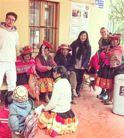 Florian Schilling (de blanco) durante su voluntariado en Perú